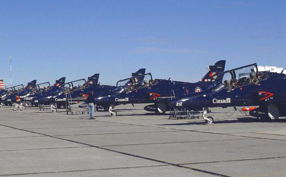Lufthavn (flyplass). flere fly på bakken, BAE Systems CT-155 Hawk, fra Canada Air Force.