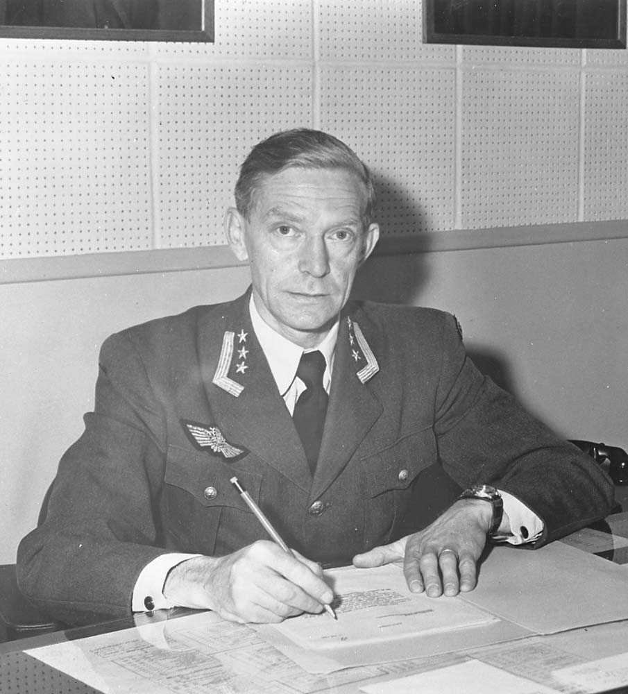 Oberst Odd Jønsberg fotografert på sitt kontor.