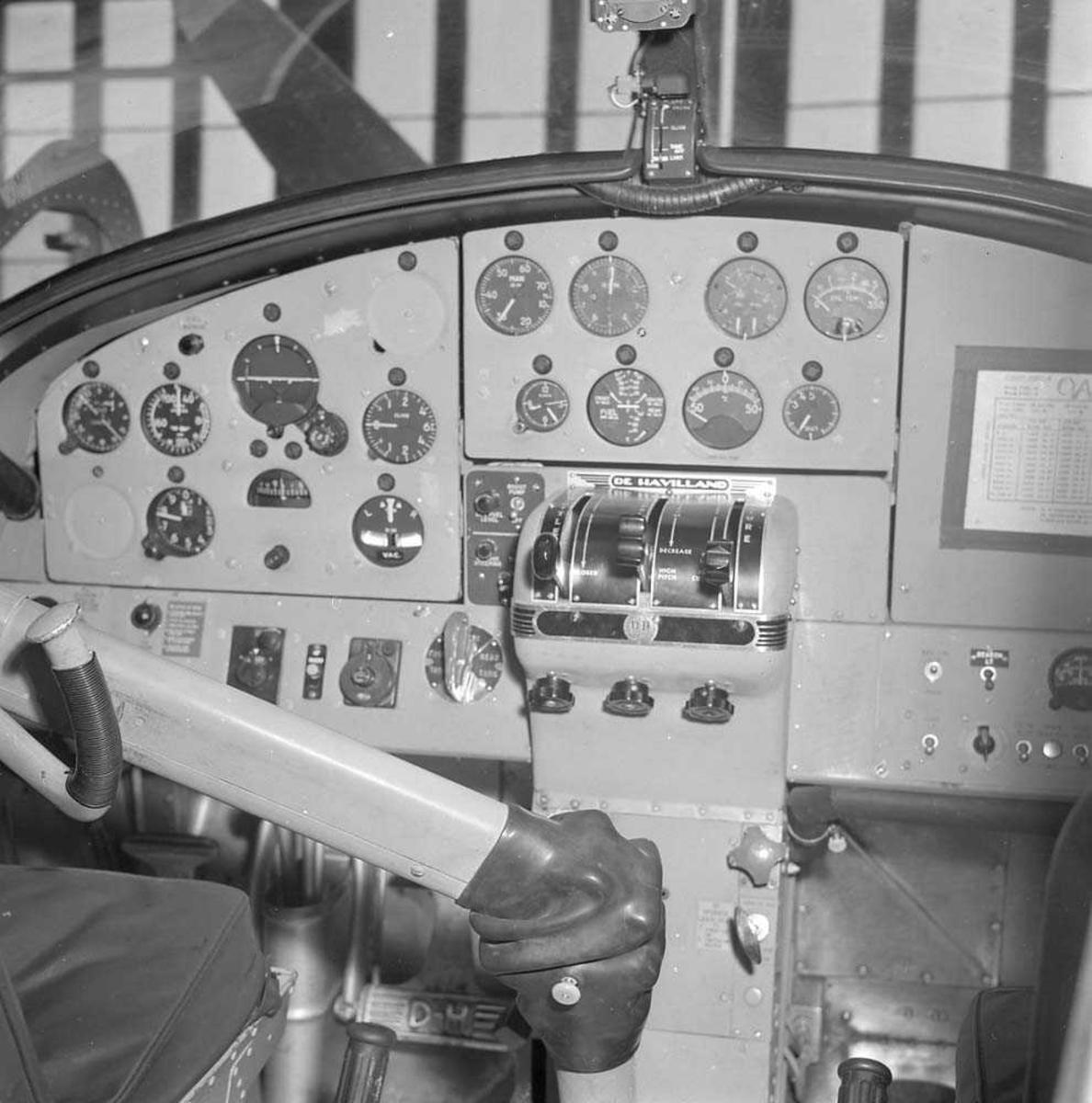 """Cockpit'en på militærflyet """"Otter""""."""