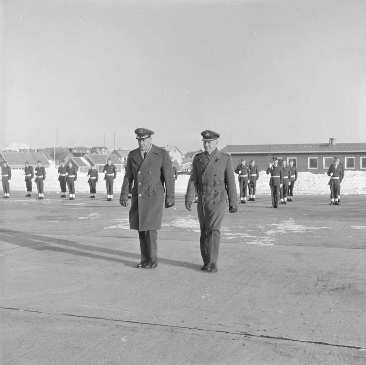 Generalene Lee og Thommessen besøker Bodø flystasjon.