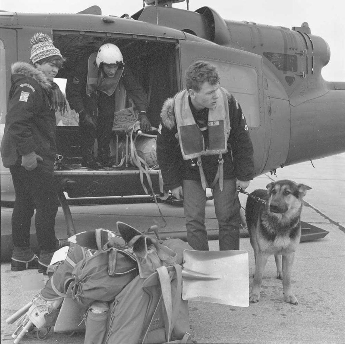 Redningsøvelse på Saltfjellet, Nordland, gjennomføres med Salten Røde Kors Hjelpekorps og helikopter, Bell 204, fra 719 skv, Bodø flyst.