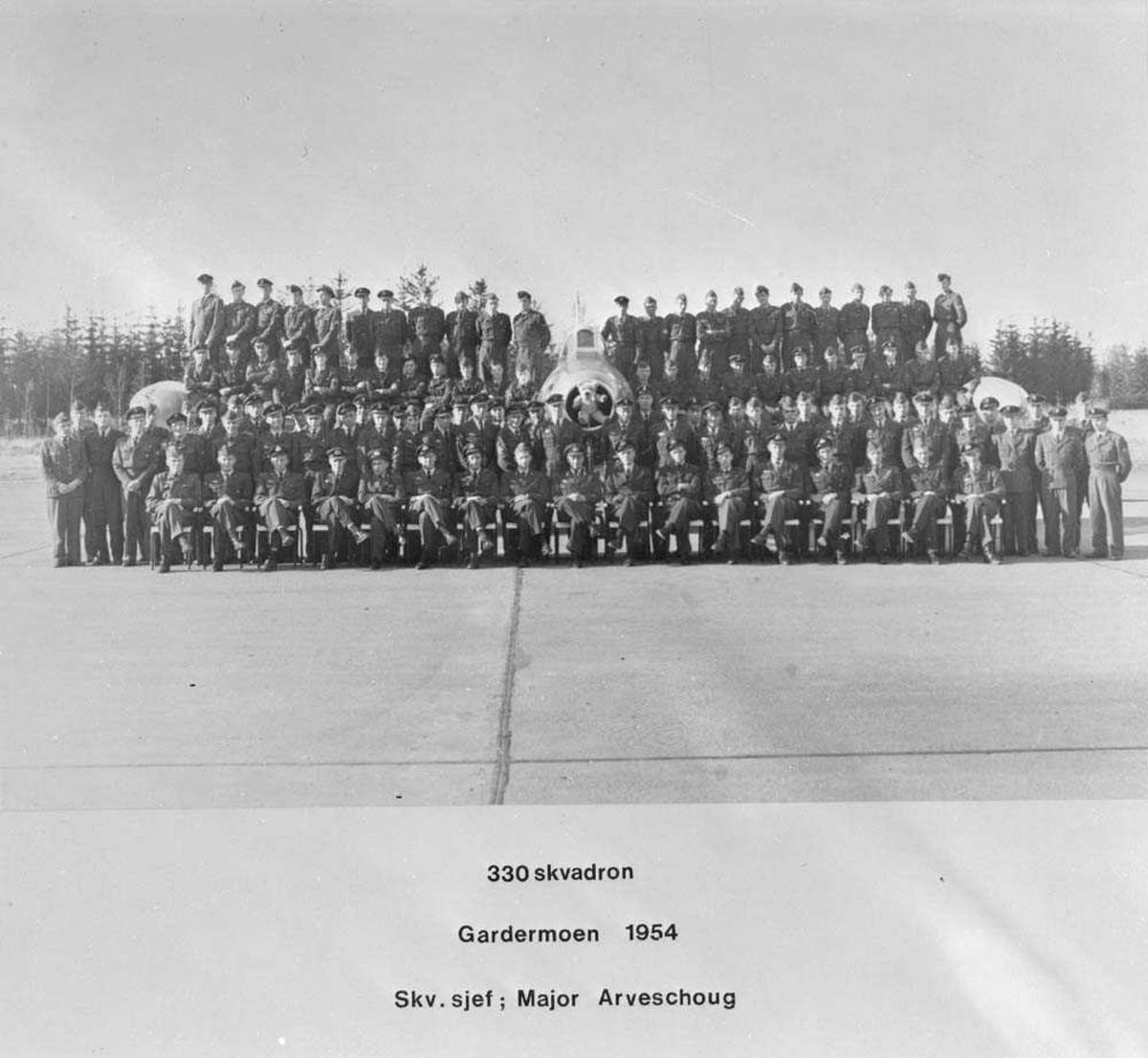 Gruppefoto av 330 skvadron, Gardermoen flystasjon. På første rekke, i midten sitter Major Nils Arveschaug. I midten sees en Republic F-84G Thunderjet.
