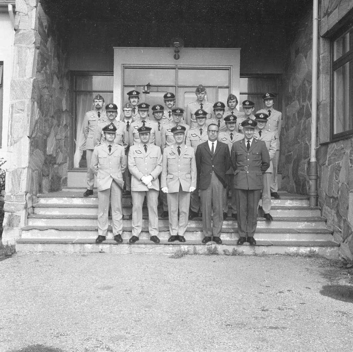 Gruppefoto av offiserer ved Luftkrigsskolen, som her besøker Bodø flystasjon. Bildet er fotografert utenfor Messe II på stasjonen.