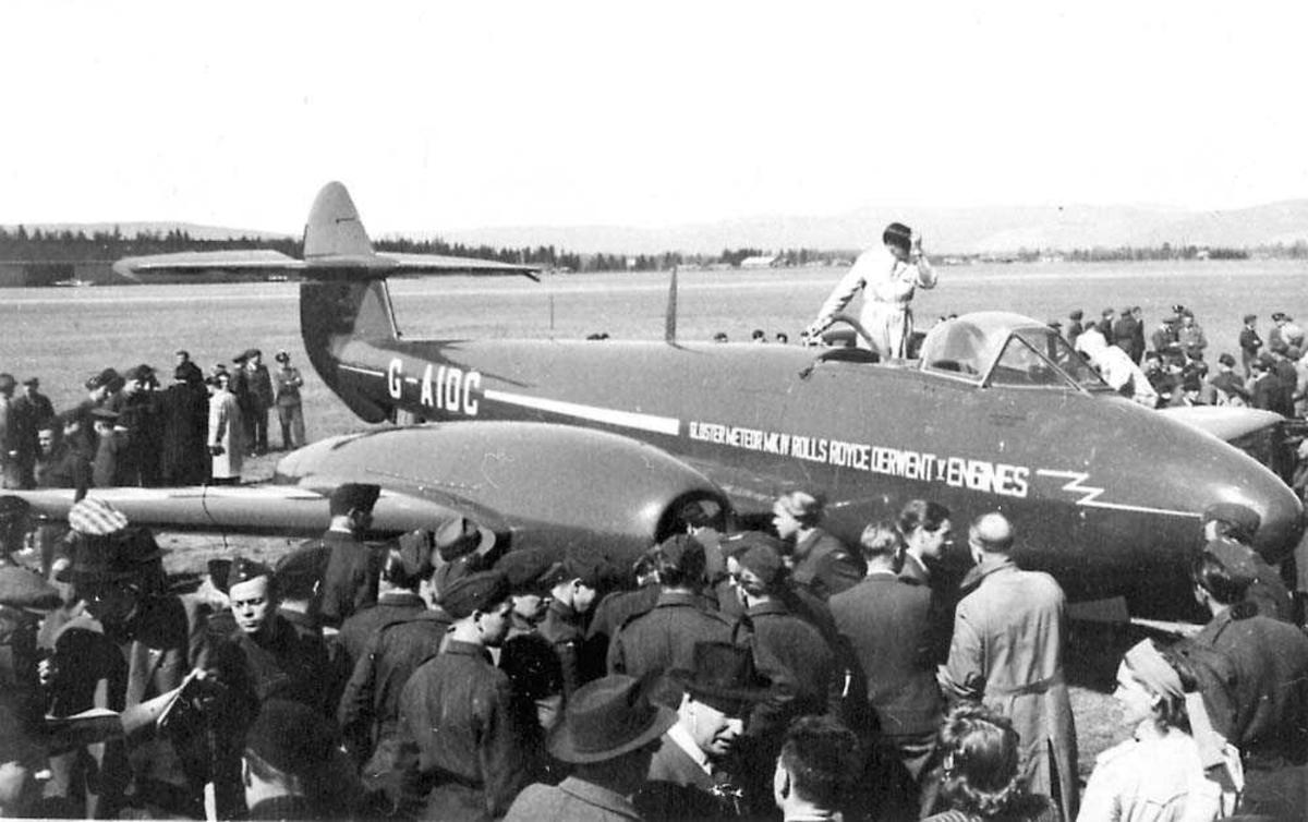 Ett fly på bakken, Glostor Meteor Mk IV. Mange personer rundt flyet. En person står på en stige som står mot flyet.