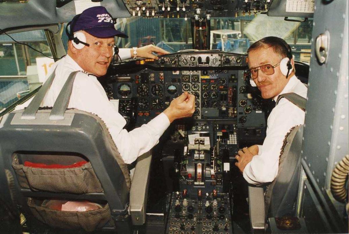 Ett fly på bakken. Boeing 737. To personer i cockpit.
