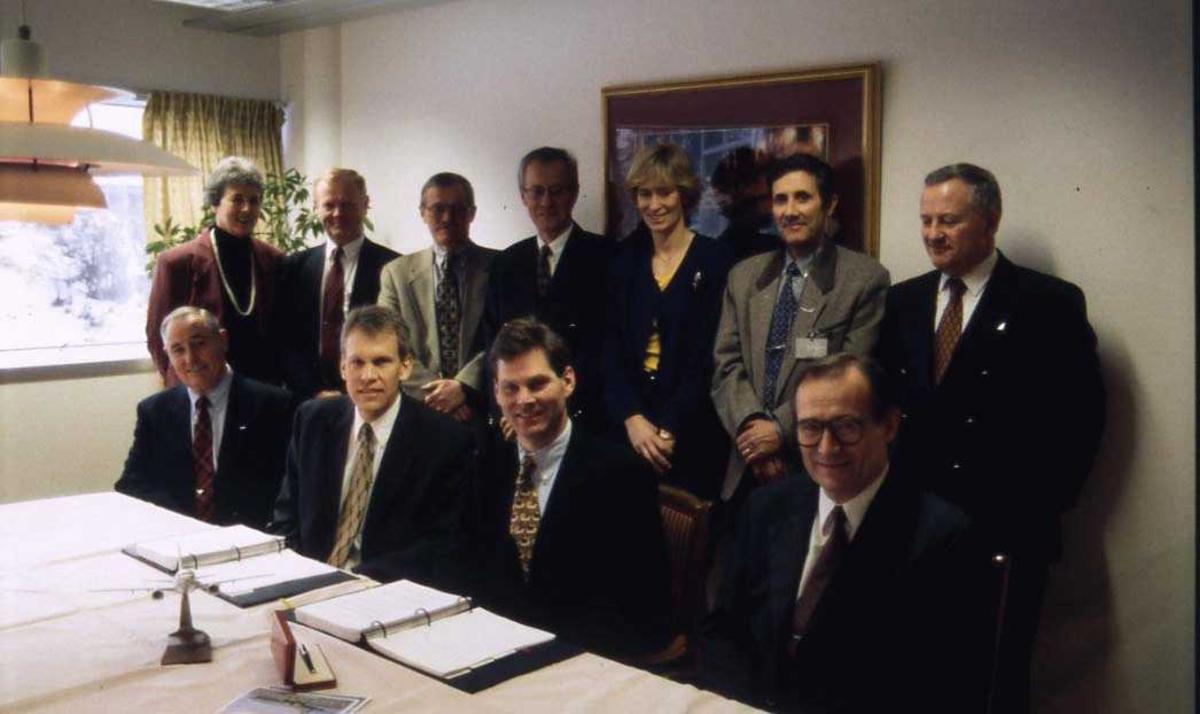 Elleve personer på bildet. Syv stående og fire sittende. Per G. Braathen sittende som nr. to fra høyre.