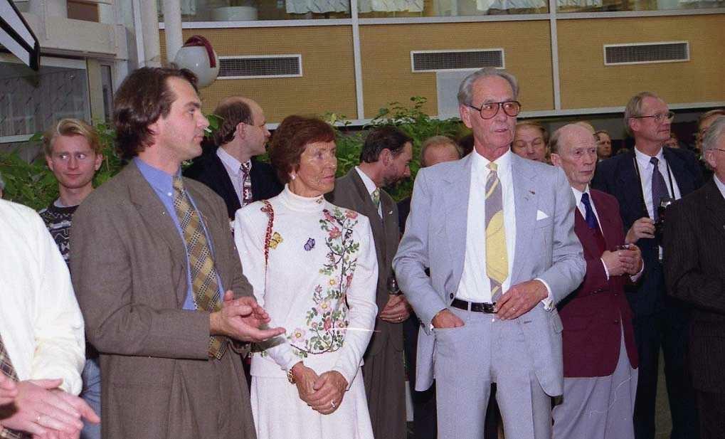 Fra venstre: Per G. Braathen, Else Braathen og Bjørn G. Braathen. Flere personer stående i bakgrunn.