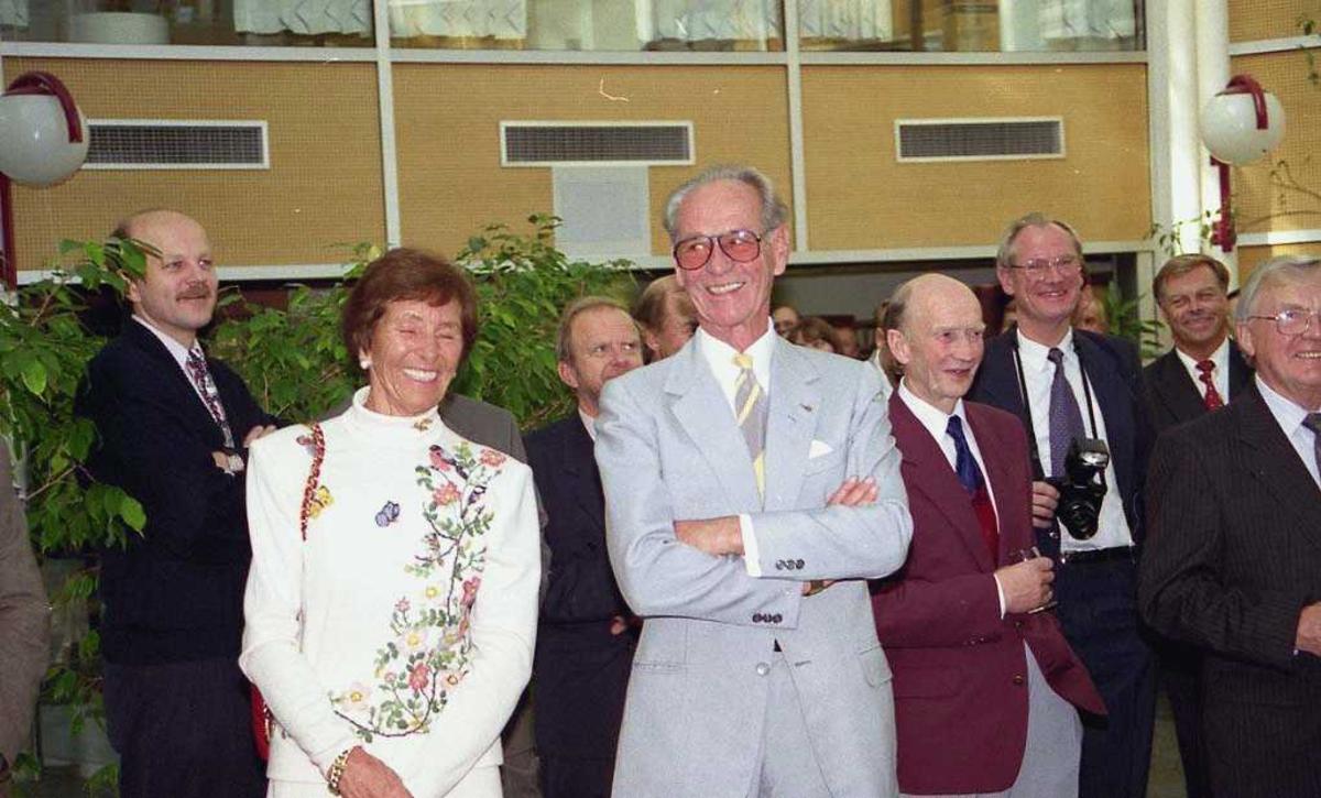 Bjørn G. Braathen til høyre. Flere personer stående i bakgrunn.