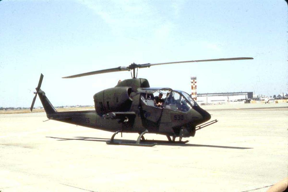 Lufthavn. Ett helikopter på bakken, Bell 209 AH-1T Sea Cobra.