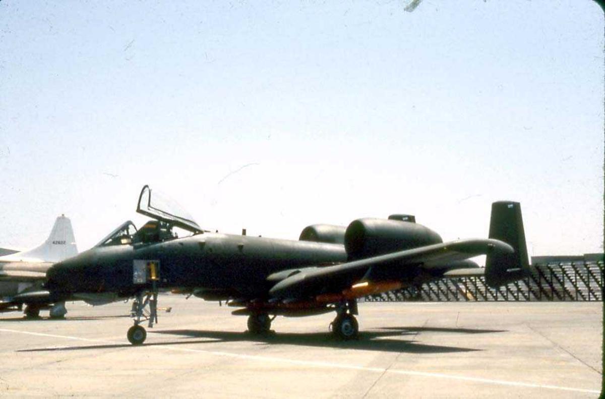 Flystevne. Ett fly på bakken, Fairchild A-10A Thunderbolt.