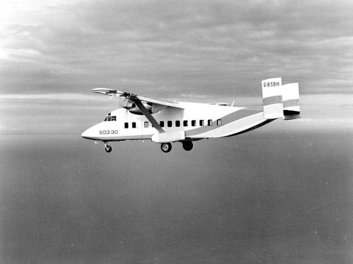 Luftfoto. Ett fly i luften, Shorts 330 (SD3.30) G-BSBH.