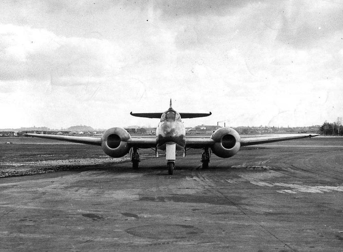 Lufthavn. Ett fly på bakken. Gloster Meteor (prototype).