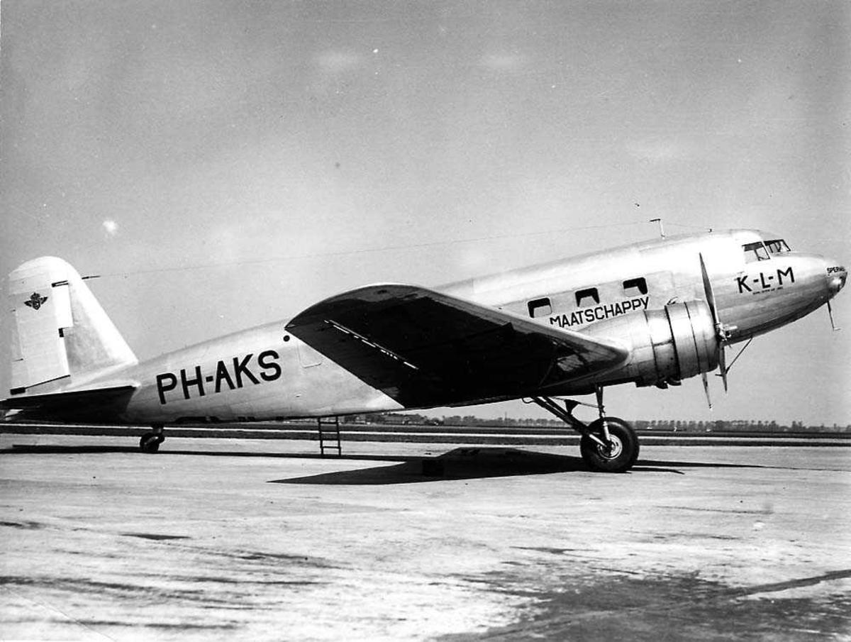 """Lufthavn. Ett fly på bakken, Douglas DC-2 """"Transport"""" PH-AKS fra KLM."""