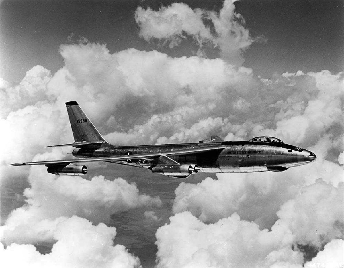 Luftfoto. Ett fly i luften, Boeing RB-47E Stratojet.