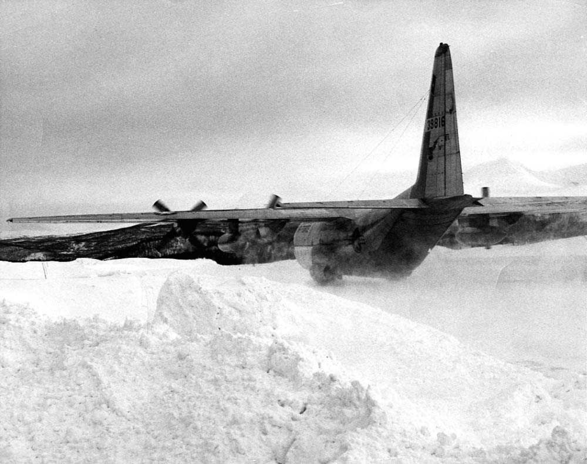 Ett fly på bakken, Lockheed C-130H Hercules. Snø på bakken.