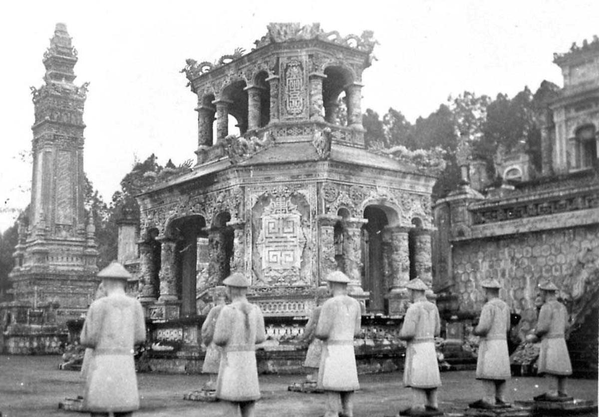 Flere personer, munker som står foran et tempel.