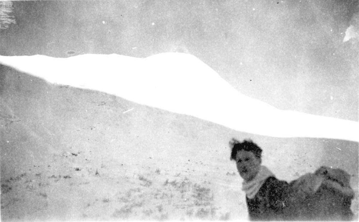 En person som står oppe i fjellet.