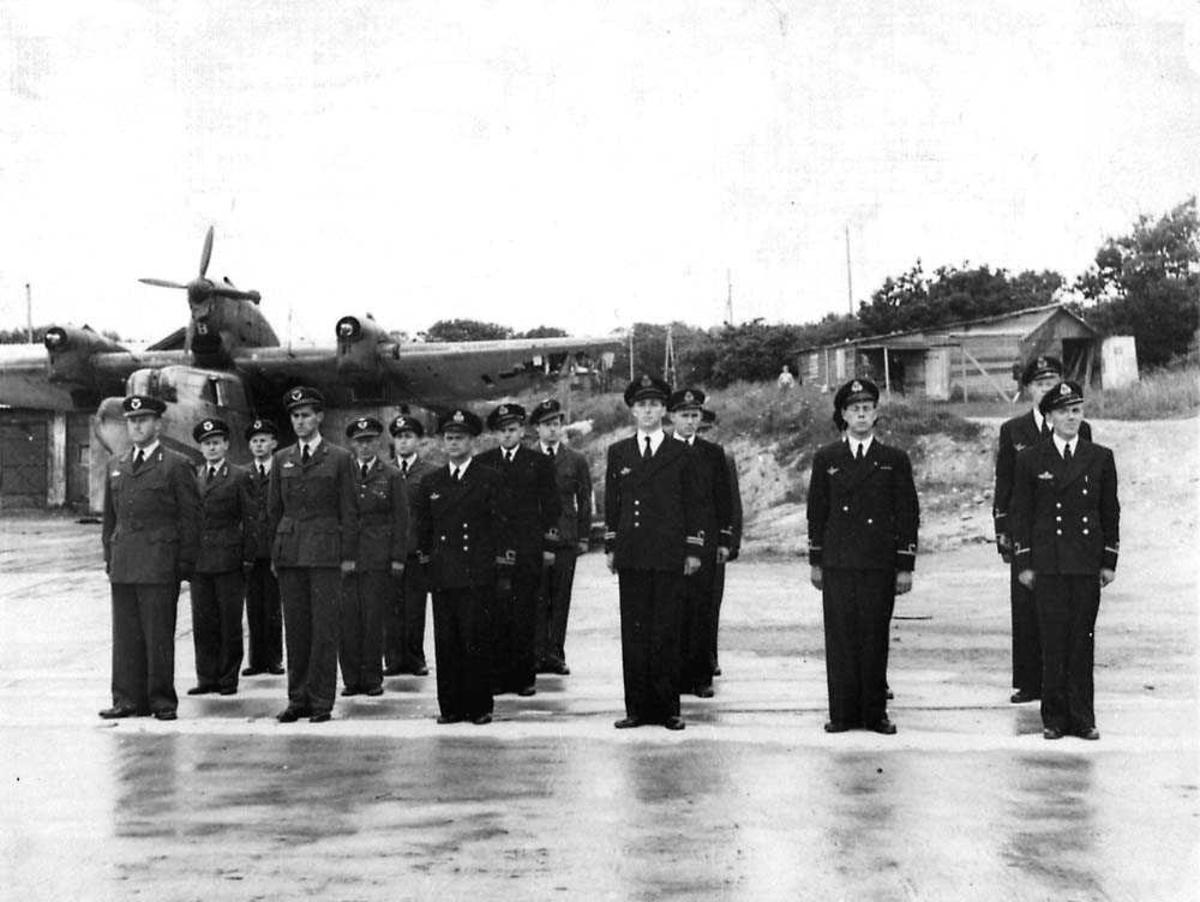 Gruppefoto. Offiserene ved 330 skadronen. Et fly Blohm & Voss BV 138 i bakgrunnen