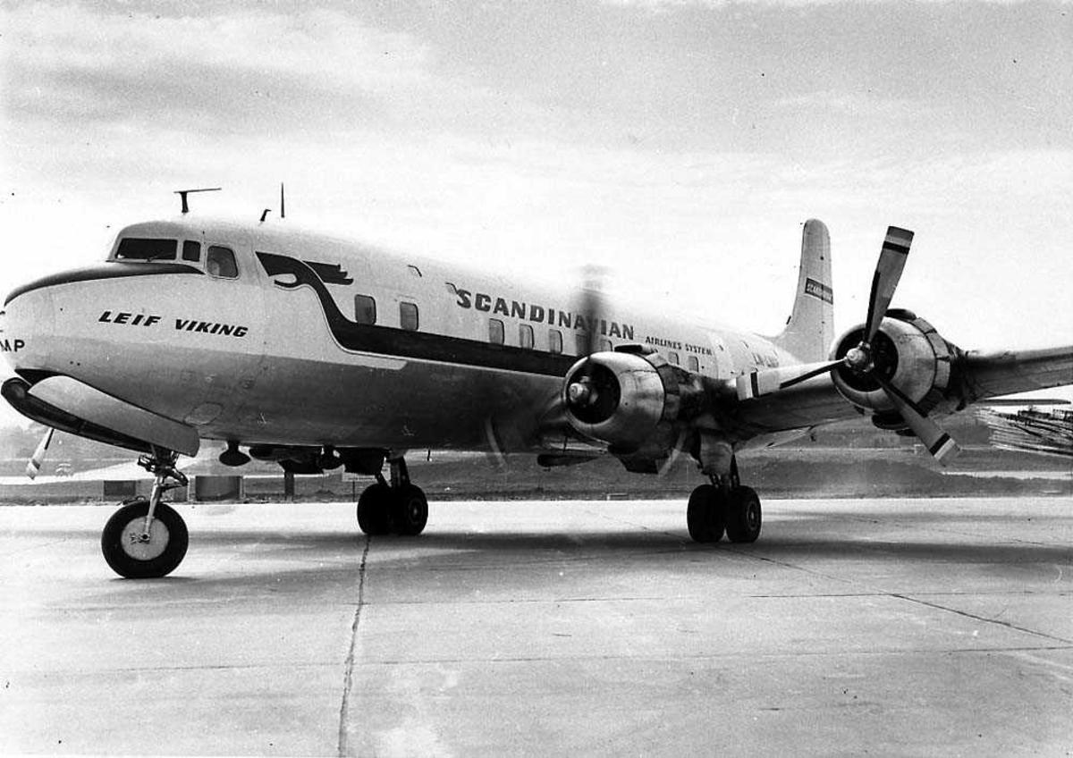 """Lufthavn. Ett fly på bakken, Dogulas DC-6B LN-LMP """"Leif Viking"""" fra SAS."""
