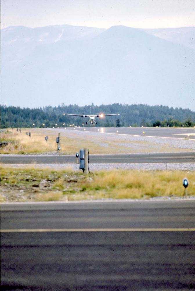 Lufthavn/Flyplass. Mo i Rana. Ett fly, DHC-6-300 Twin Otter fra Widerøe, lander.