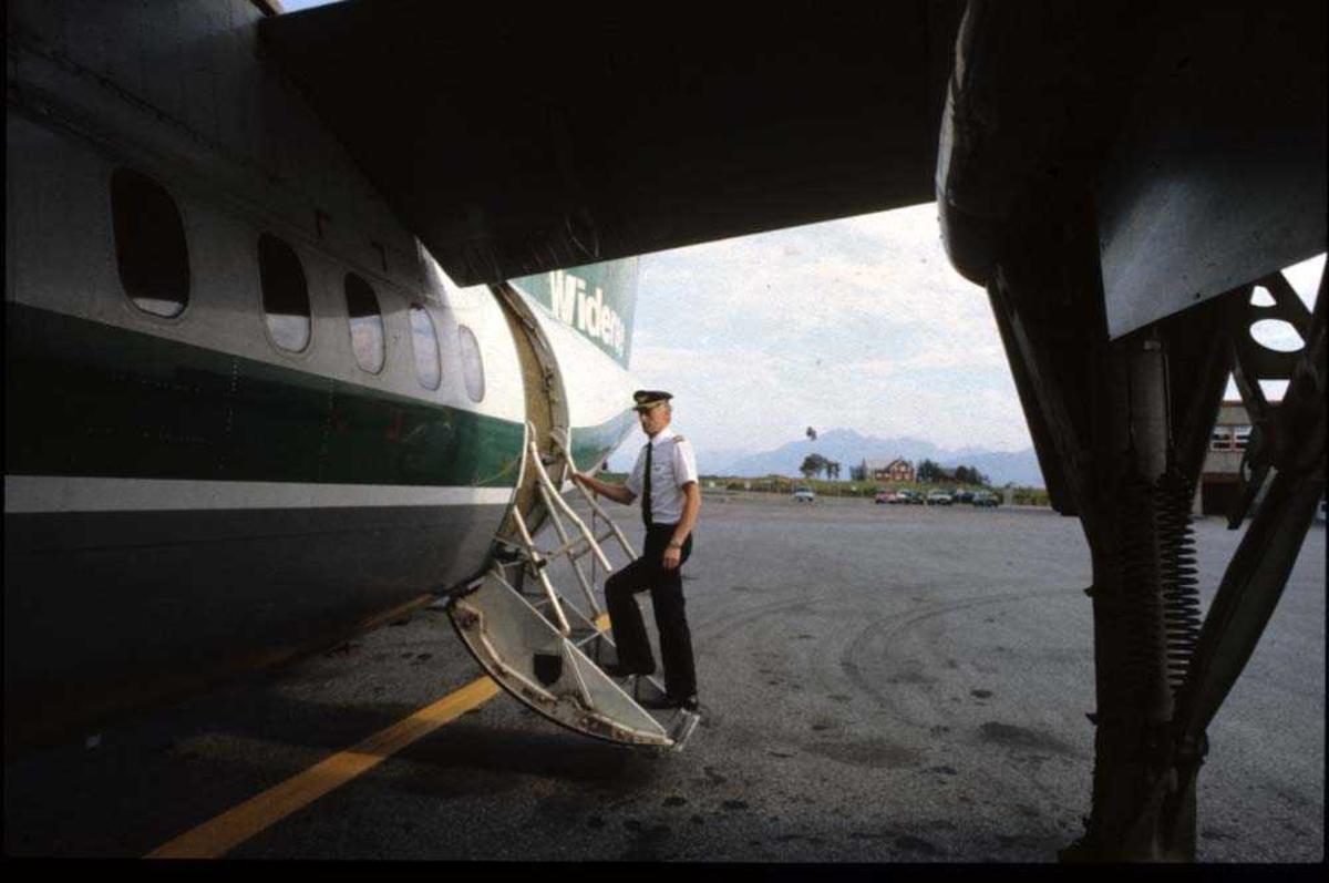 Lufthavn/Flyplass. Stokmarknes/Skagen. Flykaptein flyger/pilot).  Ett fly, LN-WFI, De Havilland Canada DHC-7-102 Dash7 fra Widerøe.