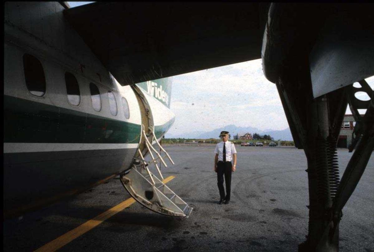 Lufthavn/Flyplass. Stokmarknes/Skagen. Flykaptein (flyger/pilot). Ett fly, LN-WFI, De Havilland Canada DHC-7-102 Dash7 fra Widerøe.