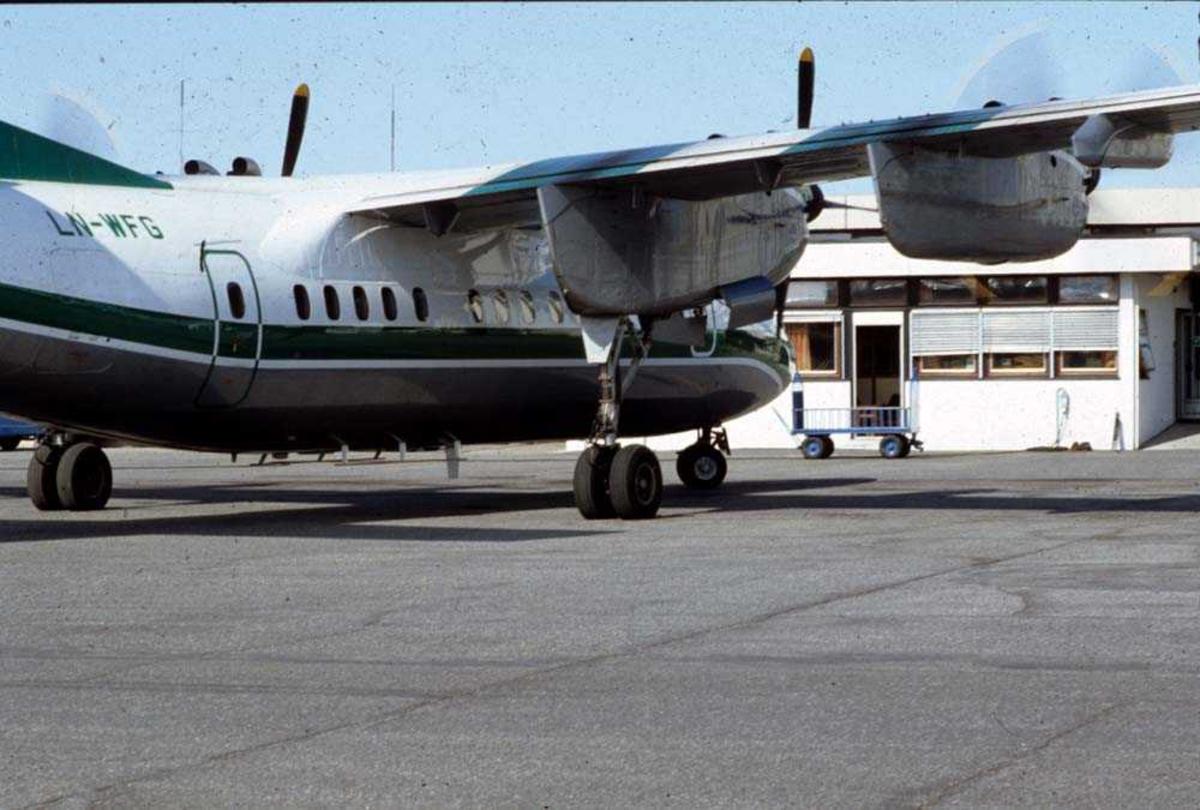 Lufthavn/Flyplass. Bodø. Ett fly, LN-WFG, De Havilland Canada DHC-7-102 Dash7 fra Widerøe.