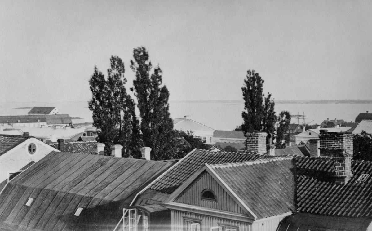 Övrigt: Utsikt mot sydost längst t.v kungshall. På redden synes en skeppsgossebrigg I förgrunden husen på ronnebygatan.