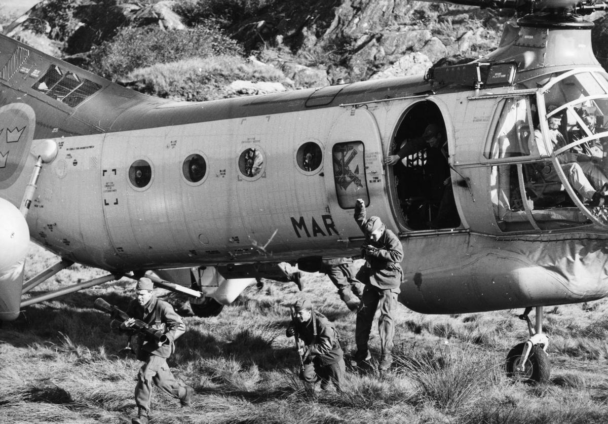 Övrigt: Landsättning av militärer från helikopter