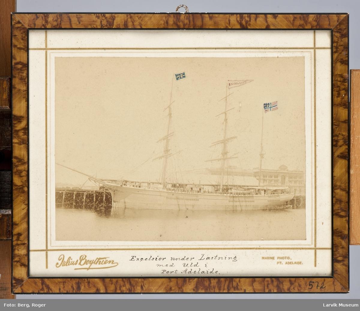 """""""Excelsior"""" under lastning med uld i Port Adelaide."""