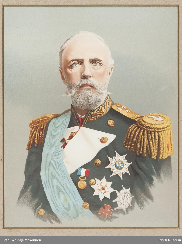 Fargetrykk av Kong Oscar V med ordener. Bred gullramme med krone på toppen. År. 1926.