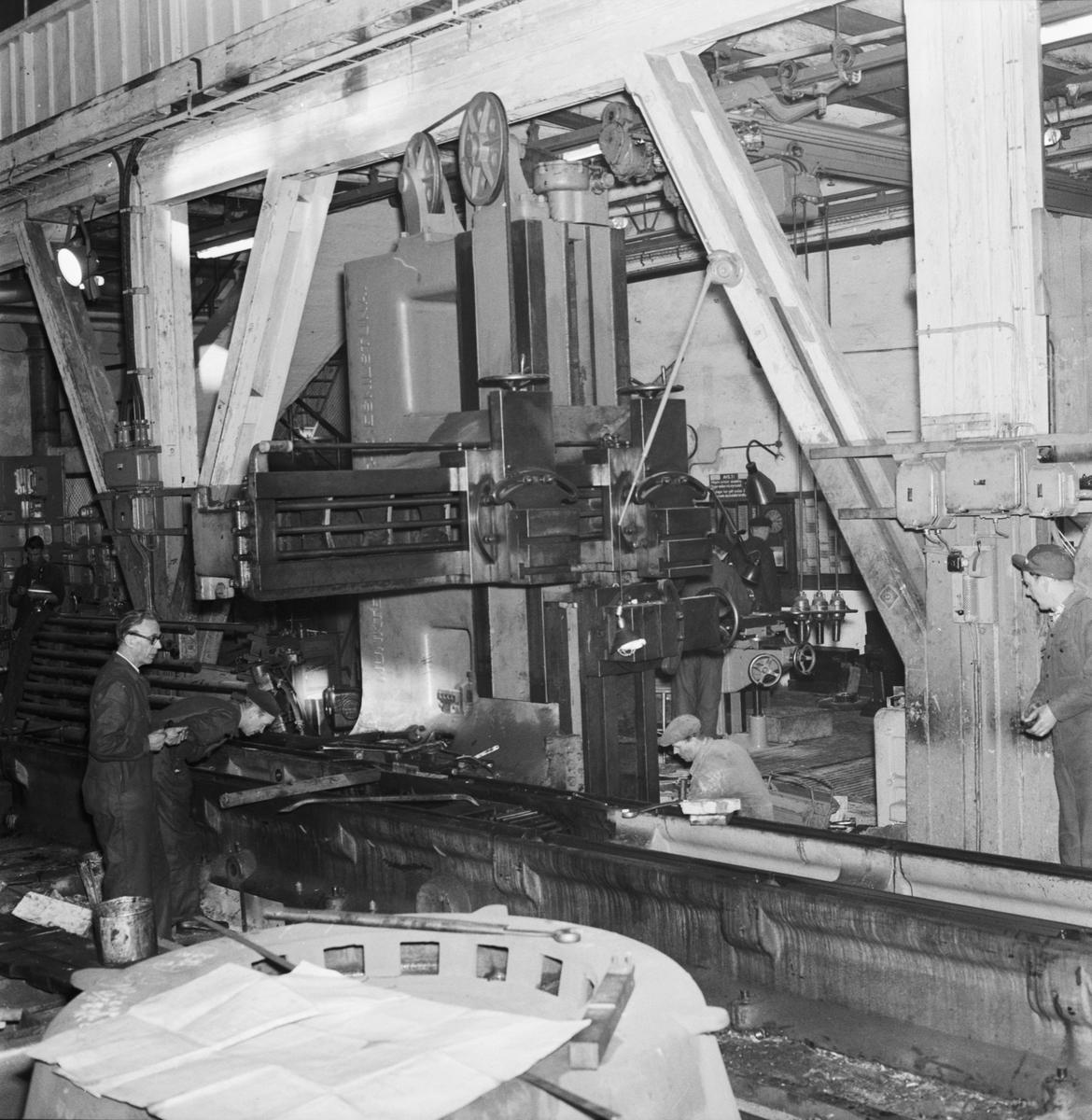 Övrigt: Foto datum: 24/1 1957 Byggnader och kranar Hyvel i maskinverkstan under arbete