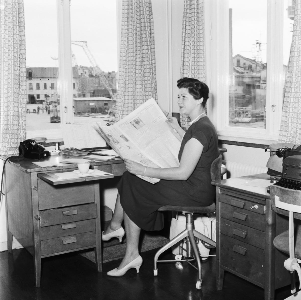 Övrigt: Foto datum: 13/8 1957 Byggnader och kranar Interiör från kontor. Närmast identisk bild: V13926, ej skannad