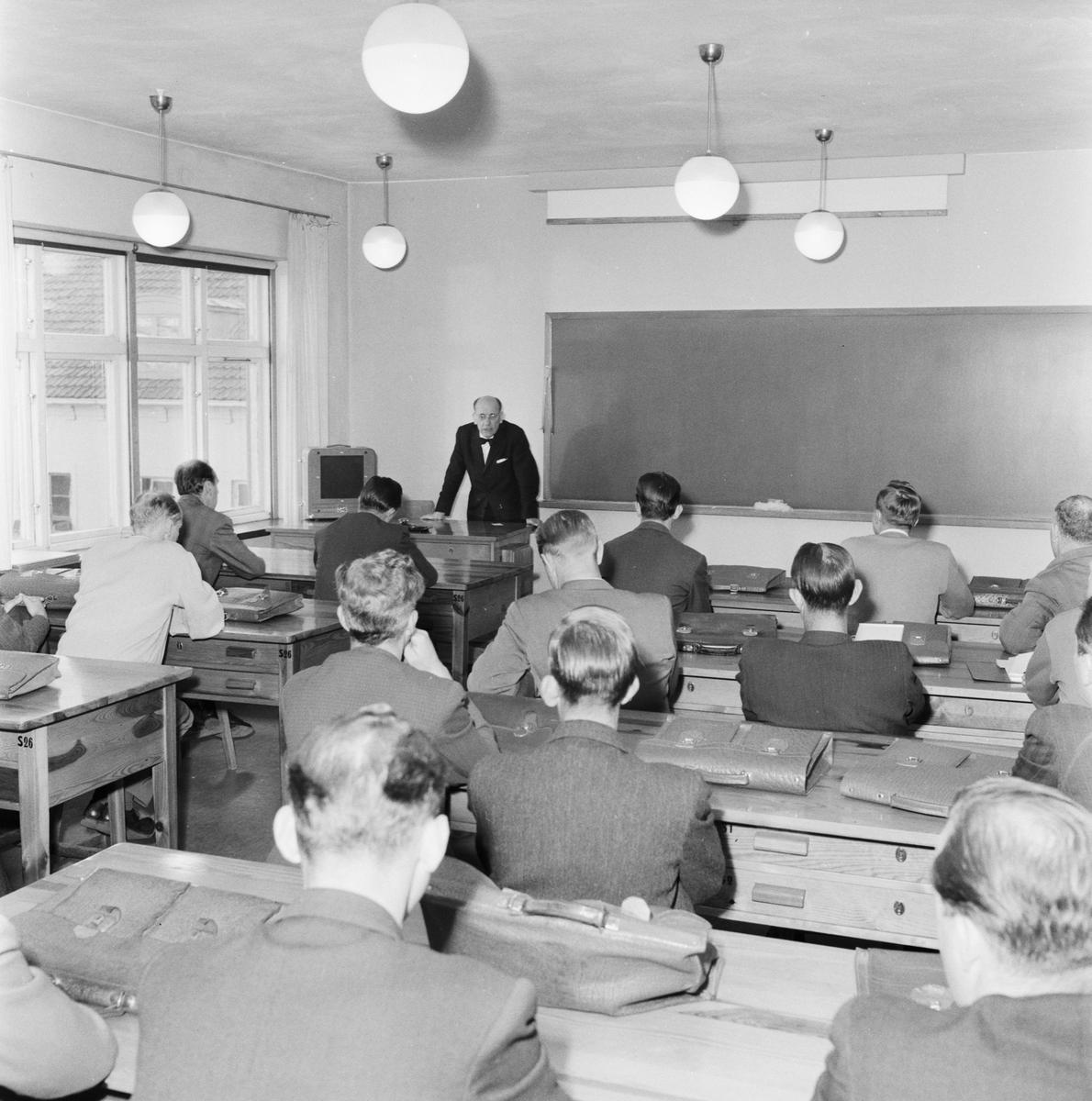 Övrigt: Foto datum: 15/10 1957 Byggnader och kranar Yrkeskolan interiör
