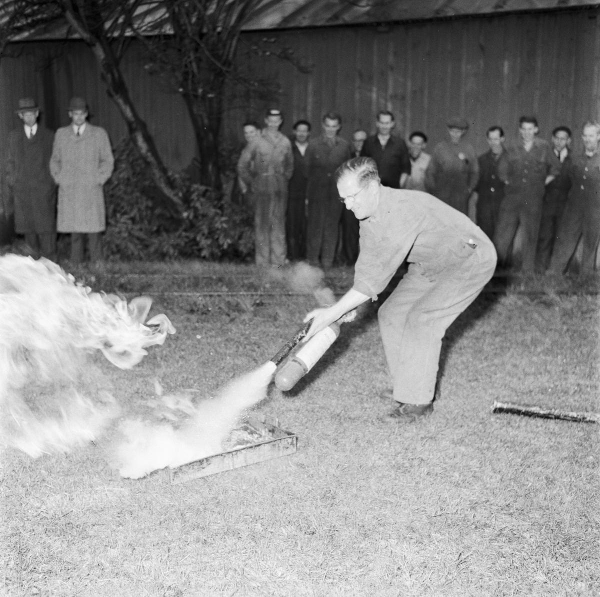 Övrigt: Foto datum: 24/10 1957 Byggnader och kranar Torpedverkstan brandkårsövning
