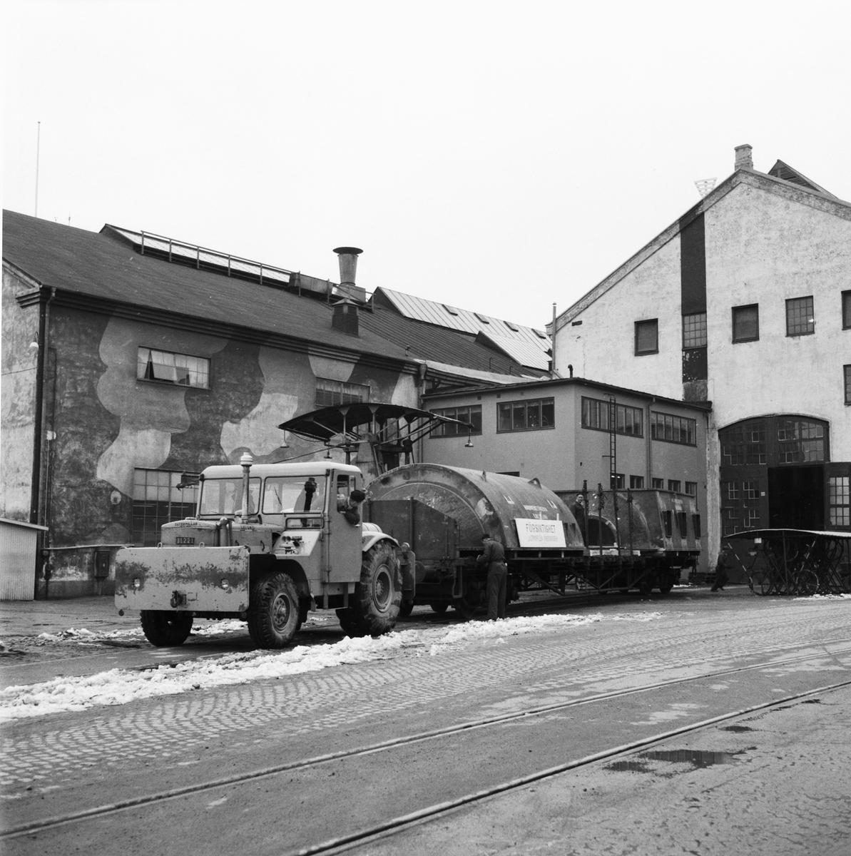 Övrigt: Foto datum: 3/4 1958 Byggnader och kranar STAL vacumbehållare transport. Närmast identisk bild: V14595 och V14596, ej skannade