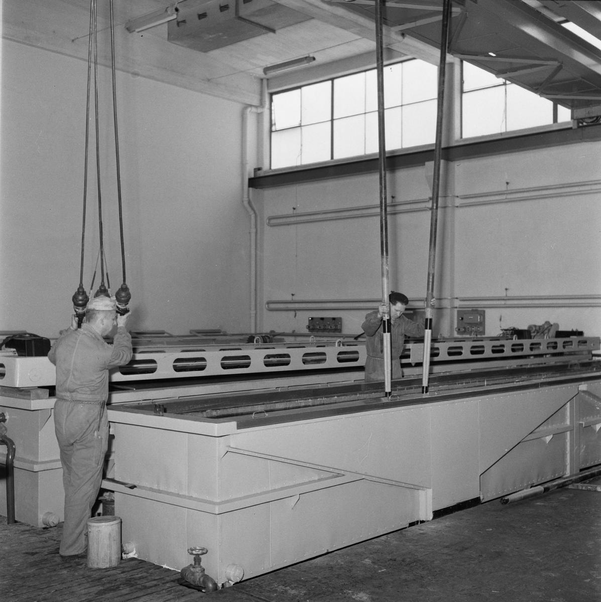 Övrigt: Fotodatum:1/6 1958 Byggnader och Kranar. Närmast identisk bild: V16034, ej skannad. Ytbehandlingsverkstan interiör pågående arbete