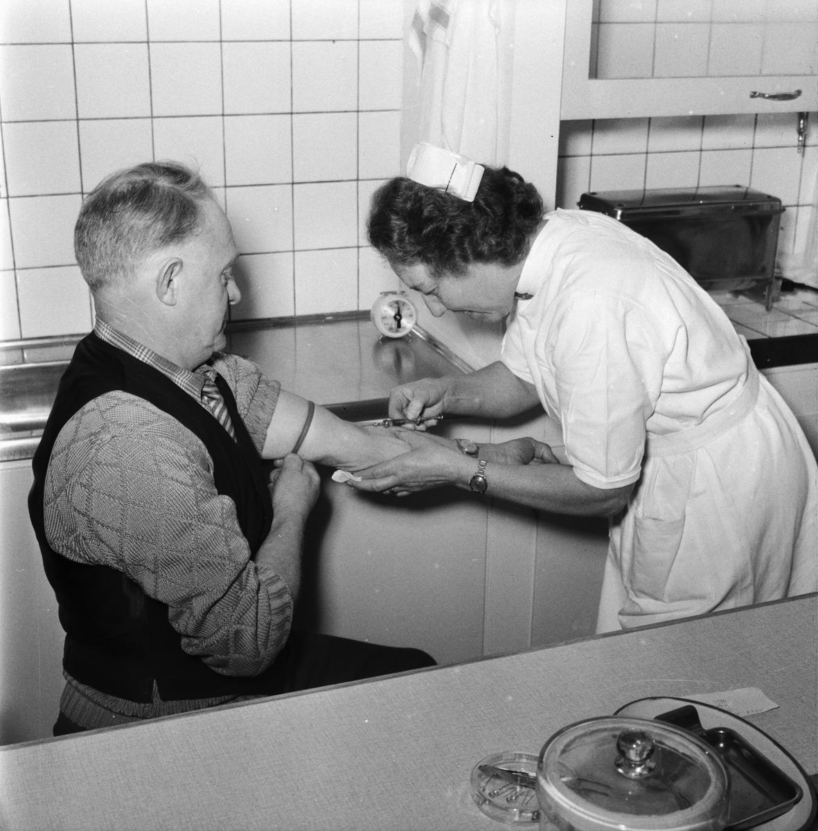"""Övrigt: Foto datum: 1/3 1961 Byggnader och kranar """"Varvet runt"""" Bilder i sjukreserven. Närmast identisk bild: V23203, ej skannad"""