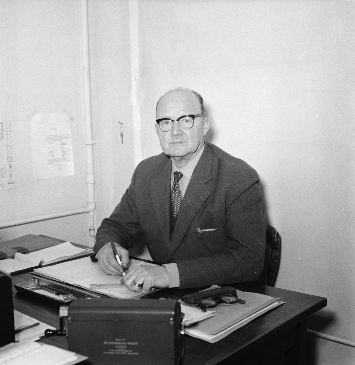 Övrigt: Foto datum: 13/3 1961 Byggnader och kranar B.D. kontorsinteriör och personal