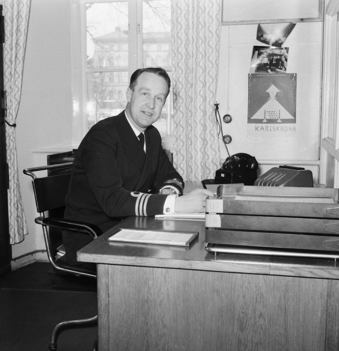 Övrigt: Foto datum: 18/4 1961 Byggnader och kranar Kapten Bolle i tjänsterummet. Närmast identisk bild: V23282, ej skannad