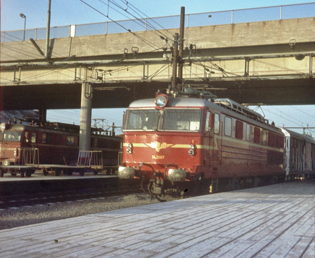 NSB elektrisk lokomotiv El 14 2197 på Østbanen med tog 601.