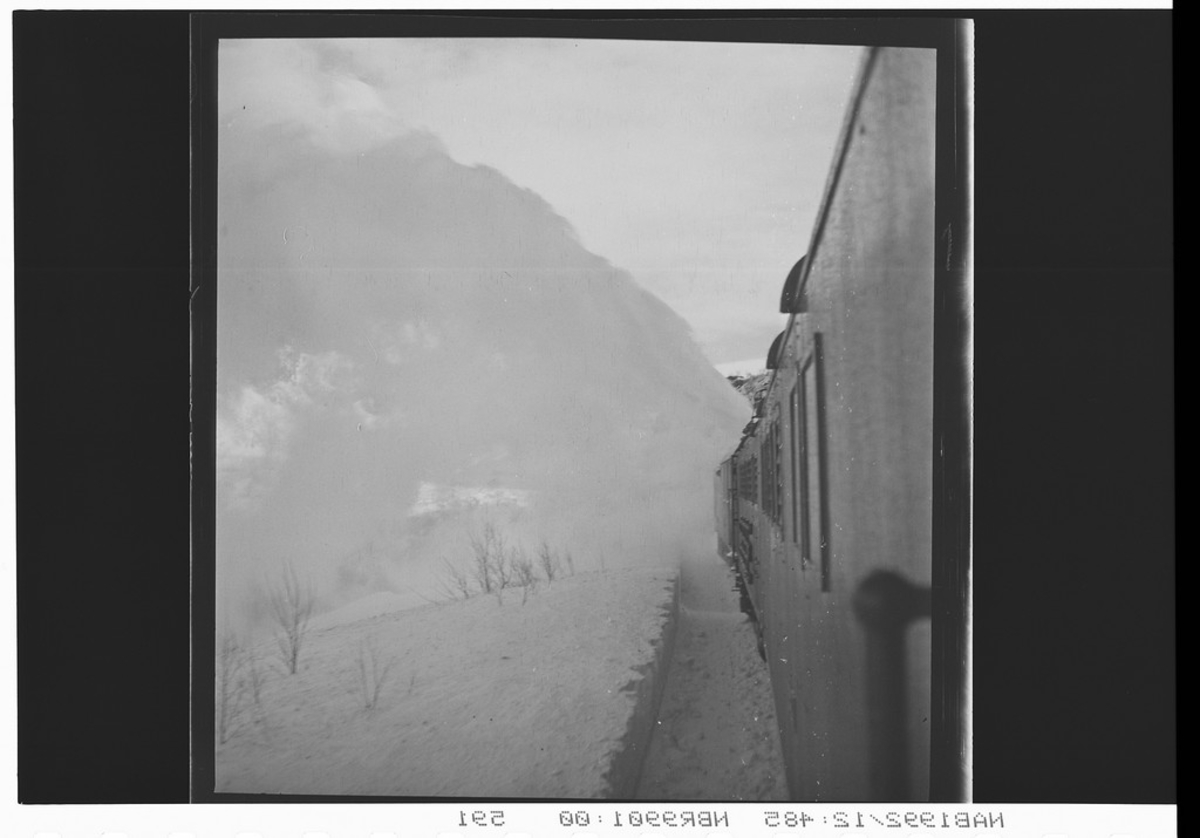 Snøføyke langs togsiden. Nedsnødde togspor.