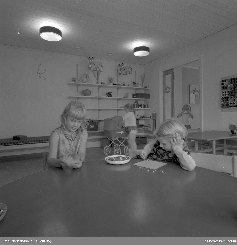 Exteriör- och interiörbilder med barn och personal vid Granlo barnstuga. Fotograferat för centrala byggnadskommittén.