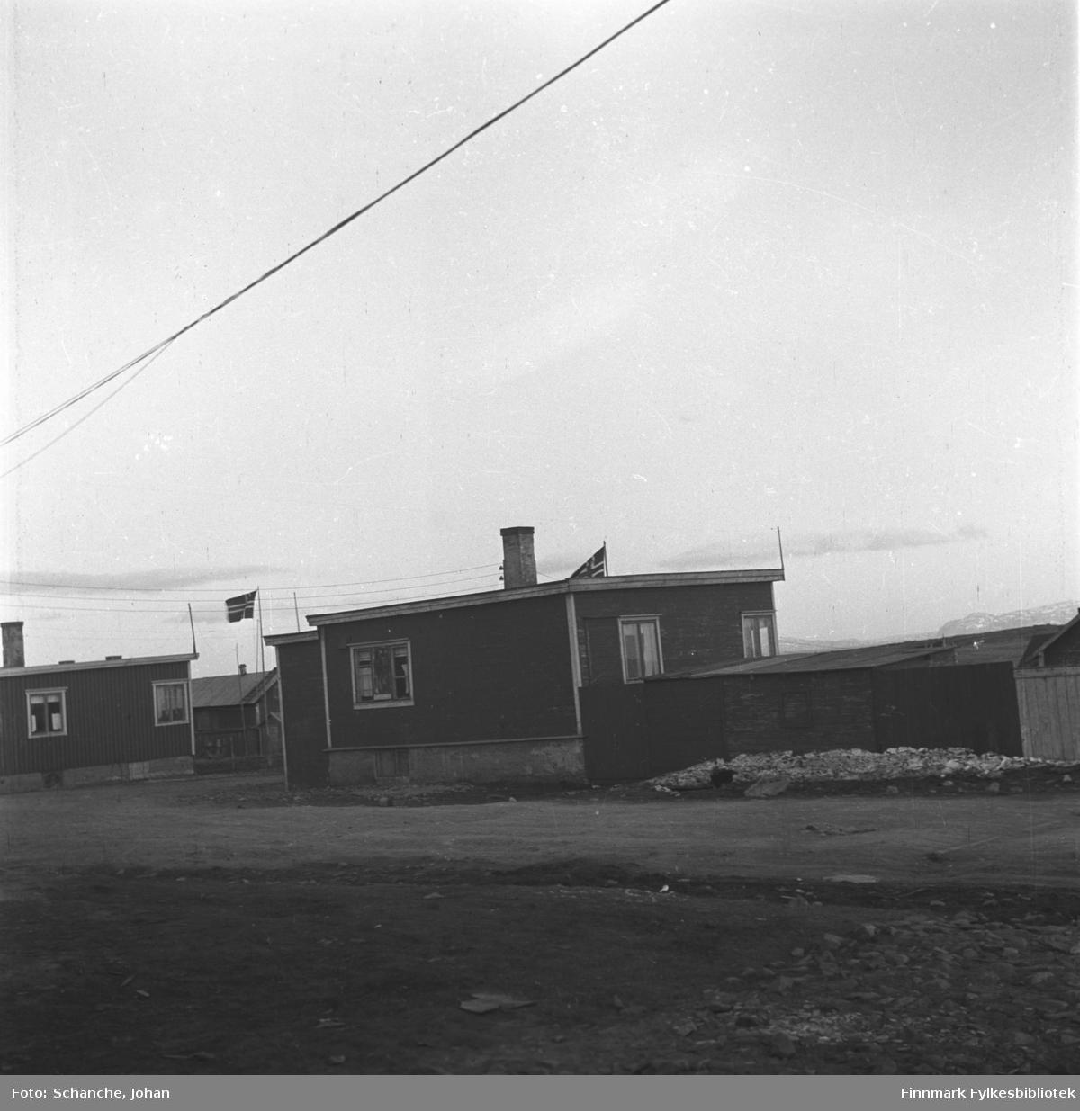 Husene til Torvald Berg og Gandola i Damsveien fotografert på våren -46. Flagg er heist opp ved begge husene.