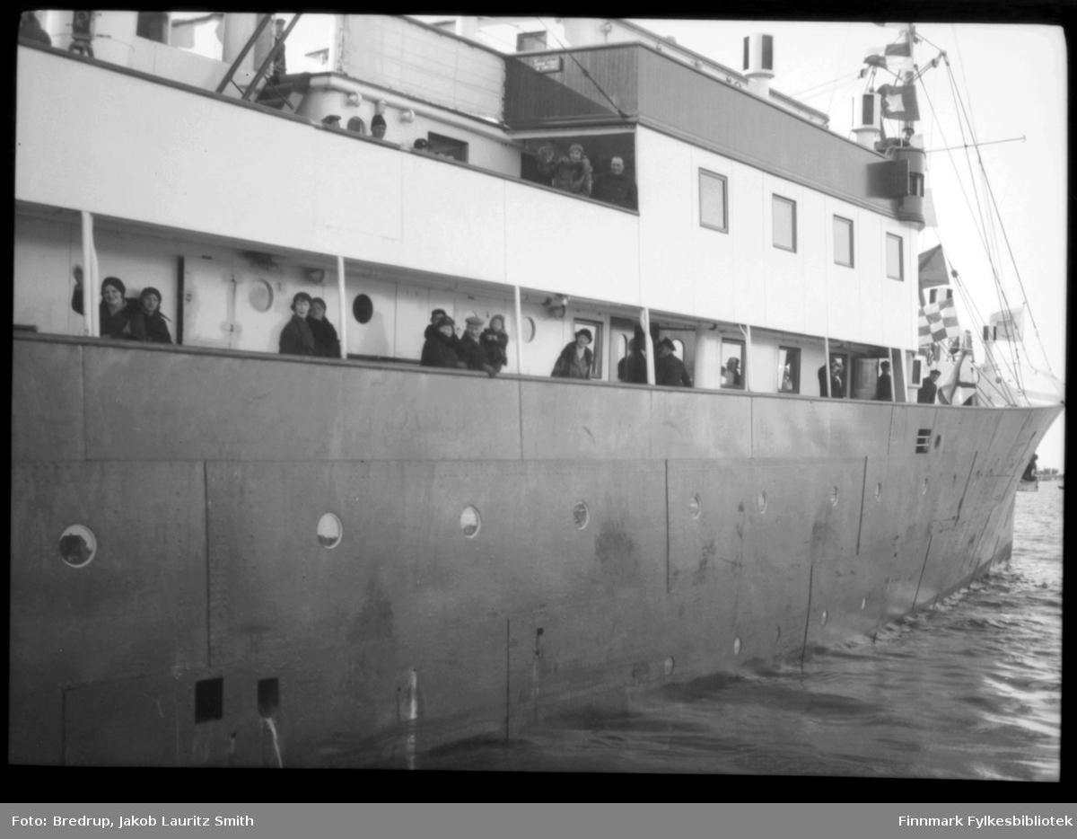 Fra kronprinsparets besøk i Vadsø 1934. I følge Finmarkens amtstidende ankom kronprinsparet Vadsø med Polarbils biler kl. 3 i strålende sol. Paret ble møtt med en æresport og flaggborg ved Prestelva, der skolens elever og speiderne dannet espalier langs Nyborgveien og inn mot byen.  Været var bra, slik at turen fra Prestelv ble foretatt i slede. En masse mennesker var møtt fram, og byen var pyntet med flagg. Etter ankomsten til fylkesgården hilste kronprinsparet fra verandaen barnetoget som marsjerte forbi. Om kvelden kl. 91/2 gikk der fakkeltog fra Ørtangen med 200 fakler og hornmusikk opp til fylkesgården hvor ordfører Rasmussen holdt en kort velkomsttale og utbragte et leve for kronprinsparet. Toget hadde samlet omkring 1500 mennesker. Fredag formiddag var kronprinsparet ute på havnen og så på loddenøtene som akkurat nu stod fulle av lodde. I Festivitetslokalet hadde borgerne arrangert en tekonsert hvortil de kongelige var innbudt. Der var konsert av orkesteret 'Fremad' og sang av barnekoret. Billettene til konserten var solgt ut på en time.  Sorenskriver Bredrup holdt her velkomsttalen for de kongelige høyheter. Han overrakte derefter kronprinsparet et Finnmarksbillede malt av kunst. Ivar Sælø. Ordføreren forestilte for kronprinsparet en rekke av byens folk av alle stender. Efterat ordføreren hadde takket de kongelige og deres følge for samværet med byens borgere, holdt kronprinsen en tale for byen og uttalte de beste ønsker for dens næringsliv og dens fremtid og trivsel. Klokken 3 var det middag i fylkesgården for byens autoriteter og embedsmenn med fruer. Avreisen til Kirkenes foregikk til fastsatt tid kl. 6 med hurtigruten 'Prinsesse Ragnhild'.  Idet båten la fra kaien takket ordføreren for besøket i Vadsø og under den store folkemengdes veldige hurraer, dampet båten med de kongelige ut av havnen. De kongeliges besøk i Vadsø forløp på en for byen verdig og særlig vellykket måte. Og vi tror de kongelige fikk et godt inntrykk i fra byen ved Varangerfjorden. På 