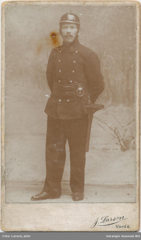 Portrett av brannmann Iver Gravem, Vardø ca. 1900