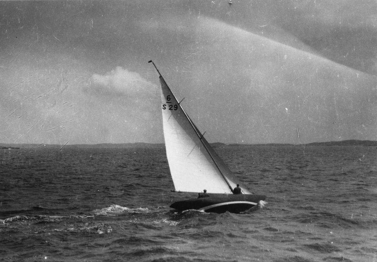 Övrigt: På 1920-talet byggdes två 6m-jakter, båda ritade av Gustaf Estlander, som kom att bära segelnumret 6-S29. På Abrahamsson & Son i Göteborg byggdes 1927 ULTRIX; denna båt omtalades inom kort som WINDY men såldes 1928 till Cuba. År 1929 byggdes på Arendalsvarvet i Göteborg ännu en Estlander-6:a, som under åren kom att kallas MARJA, ZULEIKA, IAN, OLDIAN, OLD IAN, YRSA, åter IAN, SIR IAN och åter IAN. Utöver dessa båtar byggdes 1955 på Norrtälje Båtvarv efter Estlanders ritningar en 6m-jakt som kom att segla under namnen ARTEMIS, MIRAGE och CHIBABA innan den 1970 såldes till Schweiz. Av dessa tre båtar var det utan tvekan den från 1929 som blev mest uppmärksammad, bl a genom att (som IAN) erövra Guldpokalen 1930. Vilken båten på bilden är och vad den hette vid fotograferingstillfället har inte säkert kunnat bestämmas. Jfr Fo165012C, -029C, -035A och -036A i KSSS-samlingen.