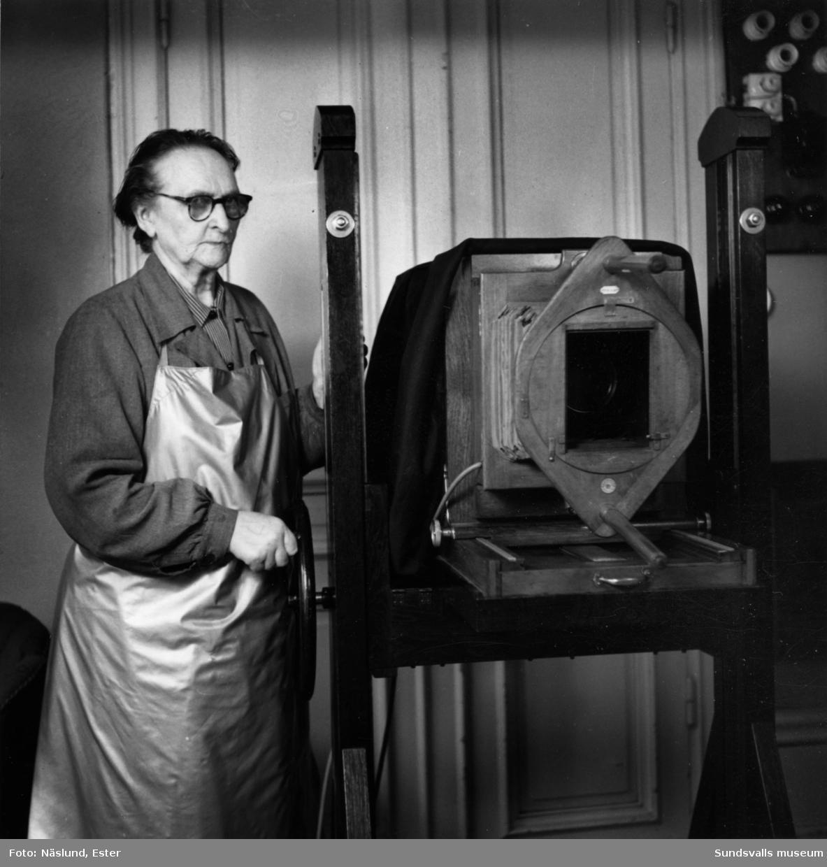 Fotograf Maria Kihlbaum (f. 1874 d. 1962) i sin ateljé på Köpmangatan 24.