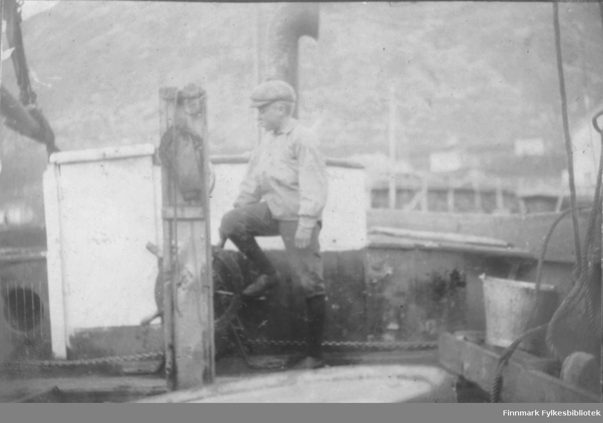 Gutt ombord i en større båt, Bergsfjord?