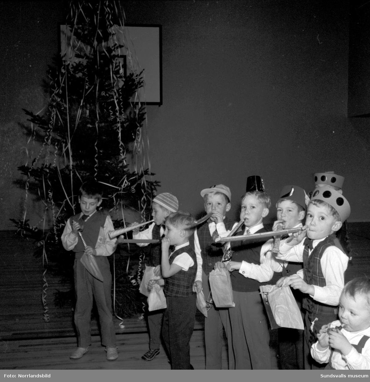 Brandkårens julfest med långdans, fiskdamm, tomte med mera.
